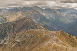 vista da malolaczniak - monti tatra. giorno d'autunno. foto
