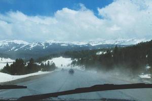 guida su strada di montagna in inverno foto