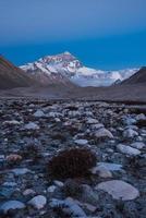 la parete nord del monte Everest al tramonto