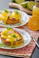 uova alla benedict, prosciutto con salsa olandese foto