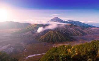 Il vulcano bromo è un valcano attivo al tramonto foto