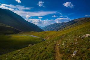 trekking nei prati dell'Himalaya foto