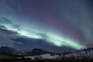 aurora boreale sulla montagna foto