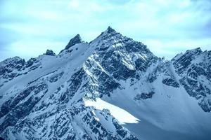 montagne innevate blu tra le nuvole foto
