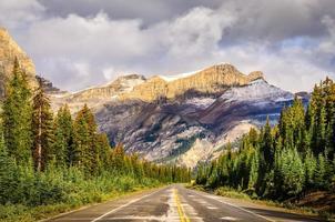 vista panoramica della strada su icefields parkway, montagne rocciose canadesi
