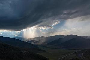 tempesta di nuvole del cielo della valle della montagna