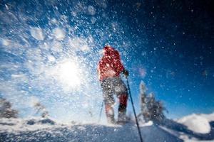 escursionista in montagna invernale con le ciaspole foto