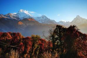 vista sulle montagne himaliane, regione di annapurna foto