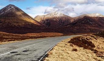 strada asfaltata vuota in montagna foto