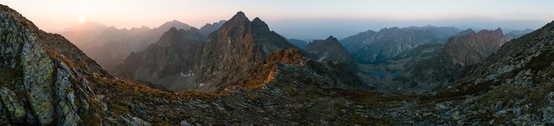 Alti Tatra picchi dalla cima Rysy durante l'alba