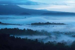 bellissima alba in montagna nebbiosa foto
