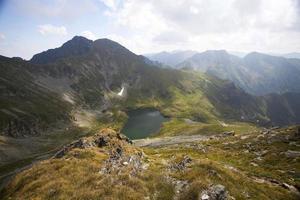 Lago glaciale nelle montagne di Fagaras, Transilvania, Romania foto