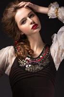 ragazza russa in abito nazionale con un'acconciatura a treccia foto