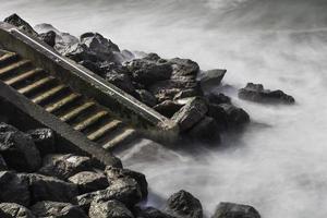 passi per la spiaggia in côte des basques, biarritz foto