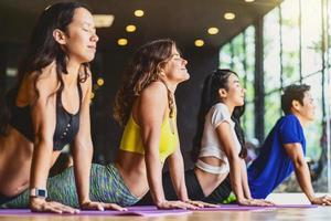 gruppo di persone diverse in classe di yoga