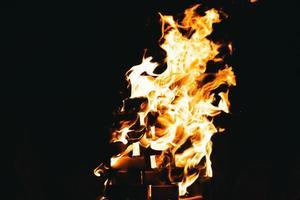 fuoco che brucia di notte