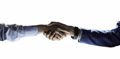 stretta di mano di affari separata dal fondo bianco