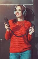 bella ragazza hipster ascoltando musica foto