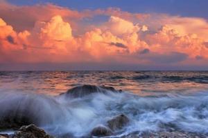 alba tempestosa nella baia dell'oceano foto