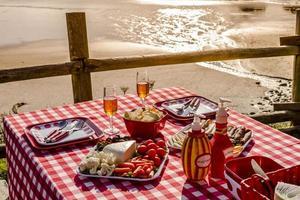 picnic al tramonto sull'oceano si affacciano