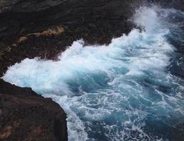 oceano scogliera splash foto