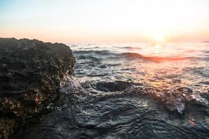 onda dell'oceano al tramonto foto