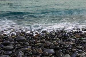 costa di pietra dell'oceano con le onde foto