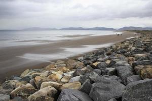 pietre sulla spiaggia dell'oceano atlantico.