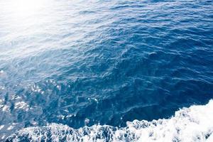 struttura della superficie dell'acqua dell'oceano. onde del mare profondo foto