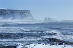 cattura con obiettivo grandangolare di tre pinnacoli di vik, islanda meridionale