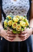 giovane ragazza, tenendo un vaso con fiori freschi di primavera foto