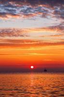 bellissimo panorama di nuvole sul mare, colpo di alba