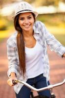 giovane donna in sella a una bicicletta all'aperto
