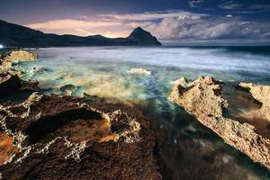 bellissimo paesaggio di mare al tramonto foto
