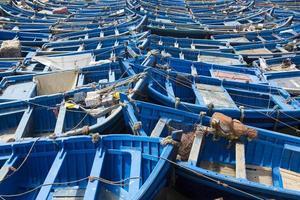 barche da pesca blu allineate a essaouira foto