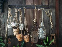decorazione del vaso della pianta visualizzata sul concetto di giardinaggio della parete di legno foto