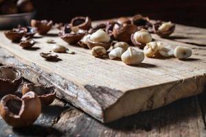 noci di macadamia organiche su un tavolo di legno