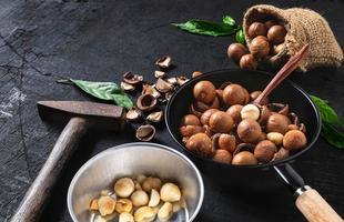 noci di macadamia su uno sfondo di legno nero