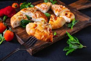 pizza calda sul vassoio in legno foto