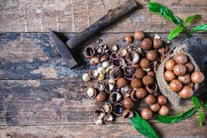 noci di macadamia su un tavolo di legno
