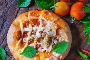 pizza sulla tavola di pizza in legno foto