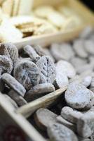 primo piano di biscotti a forma di foglia