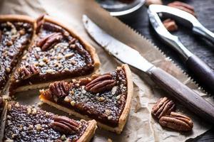 affettare la torta di noci pecan, sul tavolo di legno
