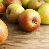 mele rosse sul tavolo di legno