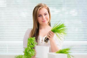la giovane donna sta piantando le erbe foto