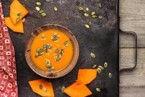 zuppa di zucca arancione fresca in una ciotola foto