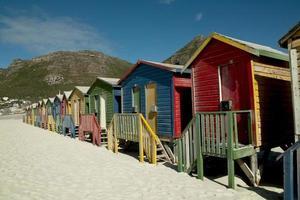 case colorate sulla spiaggia foto