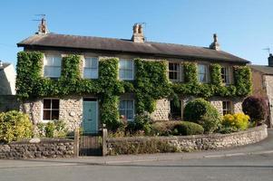 vecchia casa nel villaggio di yorkshire inghilterra foto