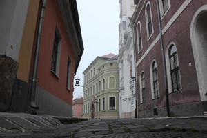 esztergom strada acciottolata con case colorate foto