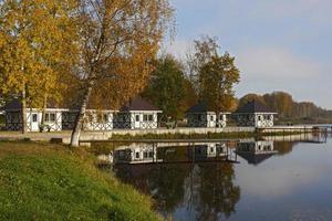 piccole case e molo sul lago